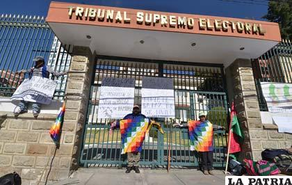 Los interculturales del norte del Departamento de La Paz se crucificaron en el tribunal Supremo Electoral