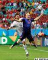 Festejo de Robben que hizo dos goles en el partido