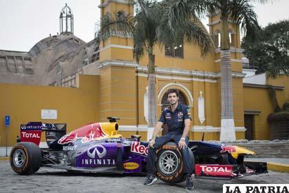 El piloto Carlos Saiz junto a su bólido