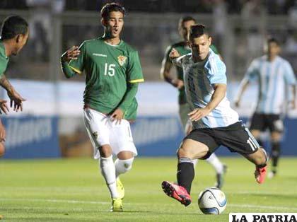 Sergio Agüero con el balón ante la mirada de Sebastián Gamarra
