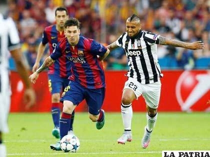 Messi y Vidal en la disputa de la pelota