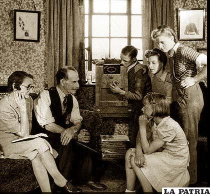 Las familias se reunían en torno a la radio para escucharla