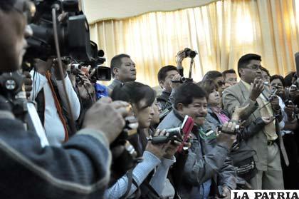 Reporteros consiguiendo las noticias