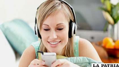 Los jóvenes a veces se refugian en sus audífonos