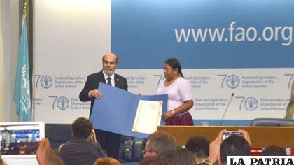 El Secretario General de la FAO, José Graziano, entrega el reconocimiento a la ministra de Desarrollo Rural, Nemesia Achacollo