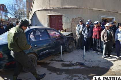 El taxi se estrelló contra la vivienda