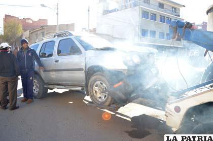 La vagoneta es remolcada en una grúa