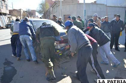 Transeúntes empujaron el taxi para colaborar a la Policía