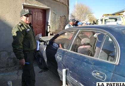 El investigador de Tránsito, sargento Condori, junto al motorizado siniestrado