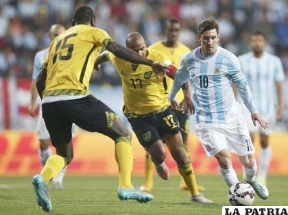 El aporte de Messi en el mediocampo fue fundamental /ole.com