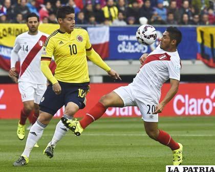 Joel Sánchez domina el balón ante la mirada de James Rodríguez /AS.COM