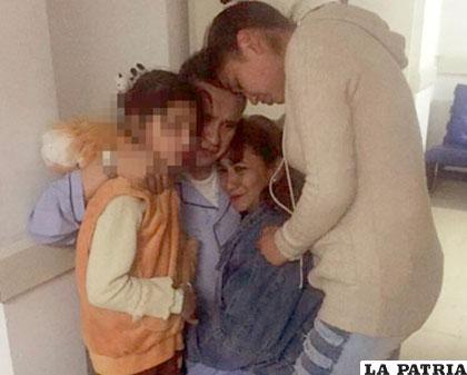 Eduardo León con su familia, luego de escuchar la disposición de la juez /Amilcar Barra