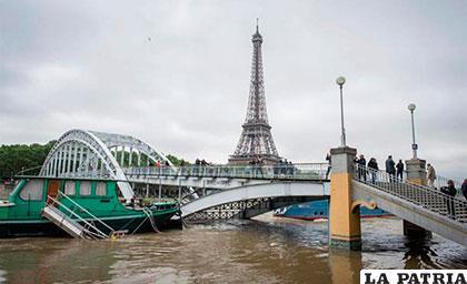 El río Sena incrementa su caudal inexorablemente causando temor entre los parisinos /elpais.com.uy