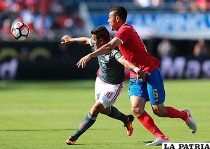 Derlis González y �?scar Duarta en la disputa del balón /AS.COM