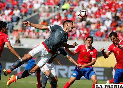 Bruno Valdez, defensor paraguayo, despeja de cabeza /AS.COM