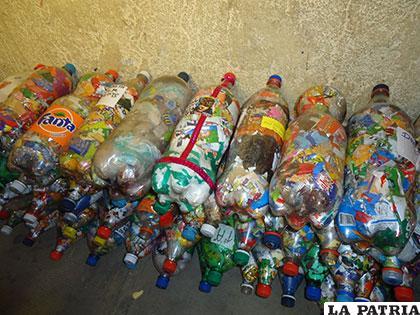Ladrillos ecológicos hechos de botellas PET y envases de plástico