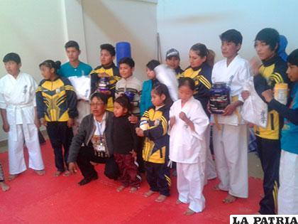 El alcalde Martínez junto a los deportistas