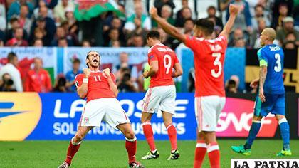 Gareth Bale, autor del primero, celebra con sus compañeros /deportesrcn.com