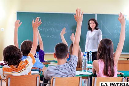 El profesor se concentra para que sus estudiantes traten la materia con los mismos métodos y procesos con que él trata la información