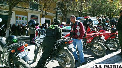 Al menos 10 motocicletas y 65 policías pasan el día en la plaza paceña