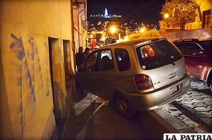 El vehículo se encunetó y luego se estrelló contra la vivienda