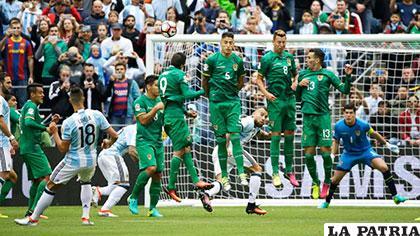 Lamela remata de tiro libre, el balón se desvía en Duk y se genera el primer gol de la Albiceleste