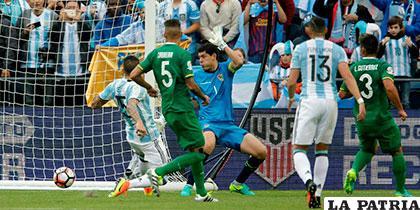 Carlos Lampe vio caer en tres ocasiones su portería ante la arremetida de los argentinos