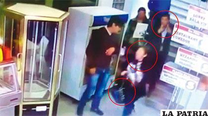 Las personas que están con círculos en la cabeza escapan del local llevándose la cartera de la víctima. La fotografía fue sacada de la imagen de la cámara de seguridad del local