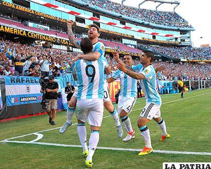 Messi anotó el tercero, festeja con Higuaín, Mercado y Banega