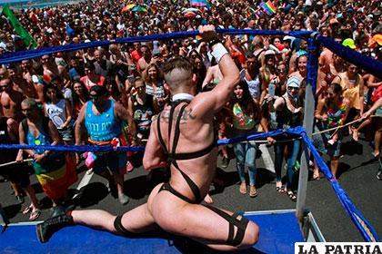 Personas marchan en defensa de los derechos del orgullo gay