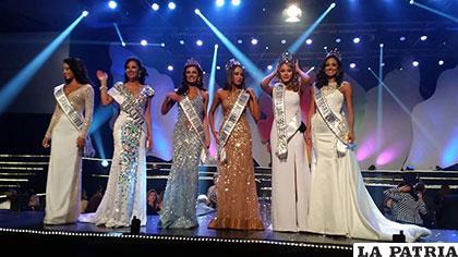Las seis ganadoras, entre ellas Julia Méndez (2da de la izq.) y Antonella Moscatelli (2da. de la der.) /ADALID VARGAS/FACEBOOK