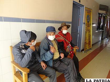 Pacientes de la Caja de Seguros de Caminos cumpliendo normas de prevención