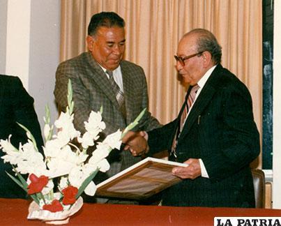 Don Cristóbal recibe un reconocimiento de manos del Dr. José Verduguez