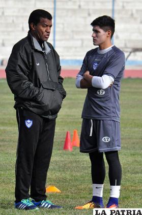 Uribe dialoga con Luis Alí, jugador que se reincorporó ayer a los entrenamientos