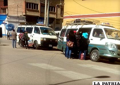 Estos minibuses salen todos los días hacia Huanuni