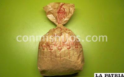 PASO 1 Mete bolas de papel de periódico dentro de la bolsa, llenándola hasta la mitad, y ciérrala con la goma elástica.