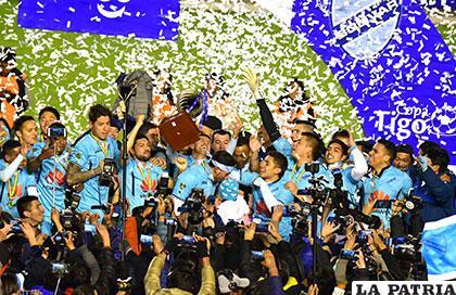 Juan Carlos Arce levanta el trofeo de campeón /APG