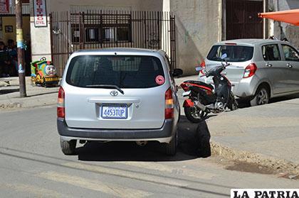 El vehículo estacionado en plena esquina