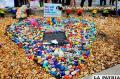 Amigos y familiares colocan piedras con mensajes a las víctimas del tiroteo en el club Pulse /EFE