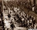 Los soldados bolivianos eran despedidos por una multitud de gente