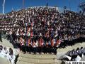 Miles de estudiantes orureños interpretando la tarka