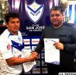 El tarijeño Abdón Reyes, junto a Wilson Martínez, ayer luego de la firma de contrato