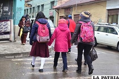 Las unidades educativas deben obligar el uso de abrigo en los educandos