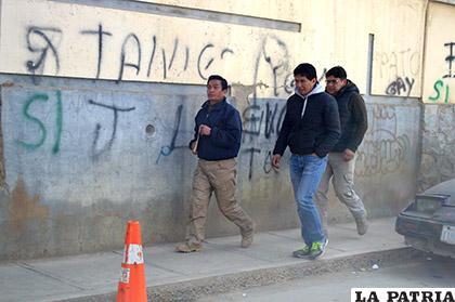 Murillo es trasladado a pie desde la Fiscalía hasta la Policía