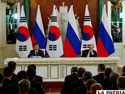 El presidente ruso Vladimir Putin (derecha) y su homólogo surcoreano Moon Jae-in /El Diario de Yucatán