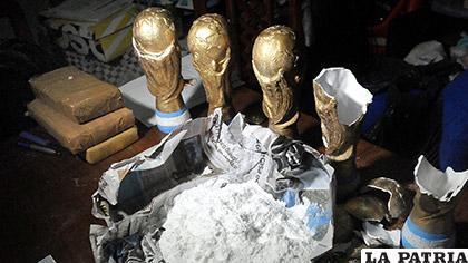La droga estaba dentro de las réplicas de la Copa /s3.amazonaws.com