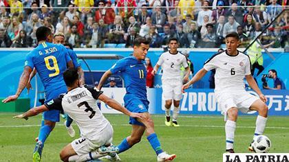 Coutinho (11) aportó con un gol para el triunfo de Brasil ante Costa Rica /FIFA
