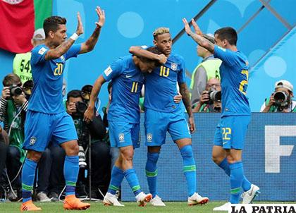 Neymar abraza a Coutinho tras el primer gol de Brasil /ANDALUCÍA