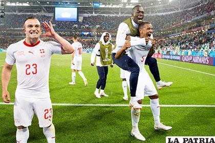 Shaqiri (23) junto a sus compañeros celebran el gol del triunfo para Suiza /EL MERCURIO