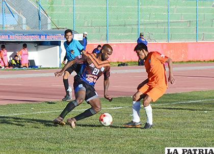 Víctor Reyes de Deportivo Kala con balón dominado ante la marca de su rival /Alex Zambrana/LA PATRIA